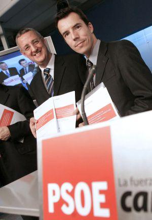 Fotografía de diciembre de 2008, del vicepresidente ejecutivo de la Fundación Ideas, Jesús Caldera (izquierda) y Carlos Mulas.