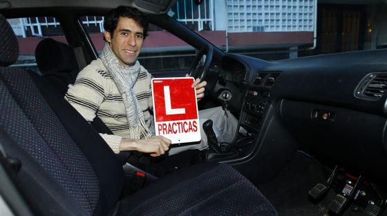 Gabriel Lucas, en el coche adaptado con el que se sacó el carné sin acudir a la autoescuela, con su L de conducción en prácticas.