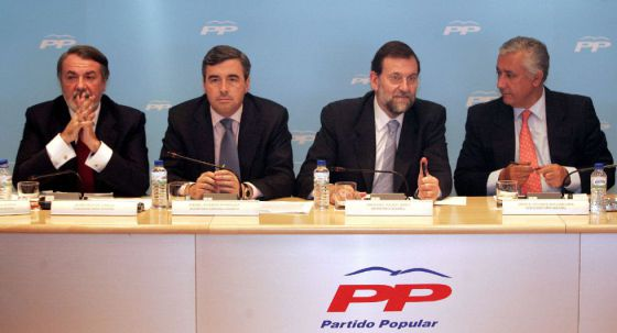 Mayor Oreja, Acebes, Rajoy y Arenas, en una reunión del PP en 2003.
