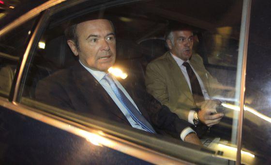 Pío García Escudero, presidente del Senado, y Luis Bárcenas, salen del Senado el día en el que el Supremo pide el suplicatorio del extesorero.