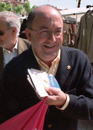 Santiago Abascal, repartiendo propaganda electoral en un mercadillo, en 2003.