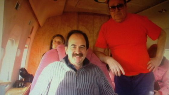 Xavier Crespo (con bigote) y Andrei Borisovich Petrov, en el helicóptero de lujo de este último