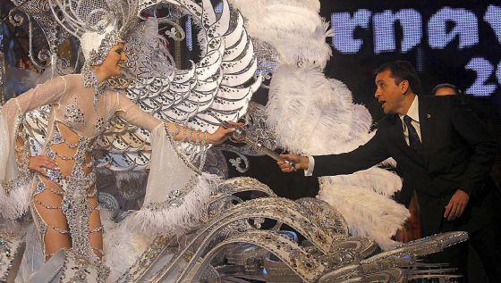 Soraya Rodríguez, con la fantasía 'Volare', recibe el cetro tras proclamarse Reina del Carnaval de Tenerife 2013, en la ceremonia en la que un accidente provocó quemaduras a otra candidata.