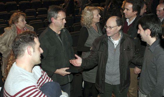 El alcalde, de Bildu, Julen Mendoza (a la derecha) y el portavoz del PP, José Manuel Herzog (a su lado), en la clausura del ciclo de cine Construyendo, el pasado domingo, en Rentería, con familiares de víctimas de ETA, y el exetarra Joxean Agirre (segundo por la izquierda).