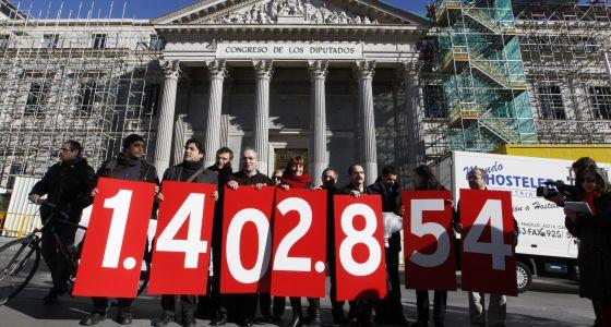 Promotores de la ILP antidesahucios muestran ante el Congreso el número de firmas recogidas