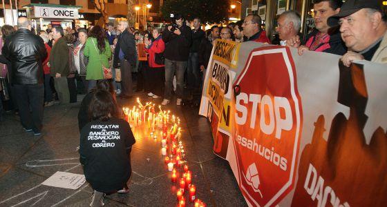 Concentración en Córdoba de la plataforma Stop Desahucios tras el suicidio de Francisco José Lema.