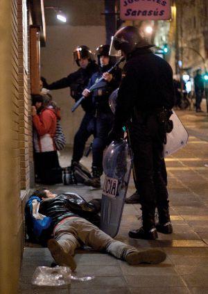 La Policía detiene a cuatro personas tras los altercados de esta noche.