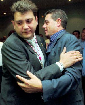 El actual alcalde de Ponferrada, Carlos López Riesco (izq) , se despide de su antecesor, Ismael Alvarez, cuando este dimitió en 2002.