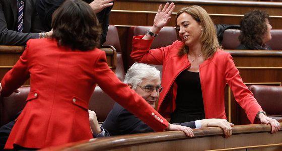 La diputada del PSC Carme Chacón (d) conversa durante la sesión de control celebrada hoy en el Congreso de los Diputados.