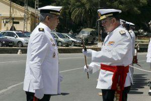 El general Chicharro, a la derecha, en una entrega de mandos en Cartagena en 2009.