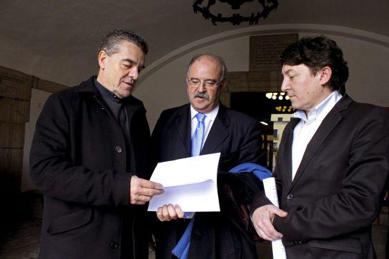 Ismael Álvarez (a la izquierda) con Emilio Cubelos, de Independientes Agrupados de Ponferrada, y el socialista Samuel Folgueral.