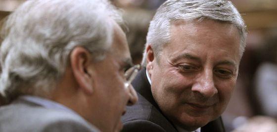 El exministro José Blanco con Alfonso Guerra, la semana pasada en el Congreso.