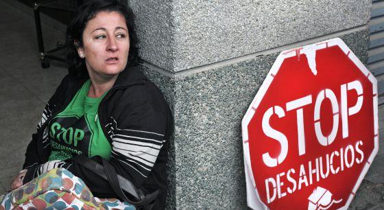 Mujer cuyo desahucio fue cancelado por la presión vecinal en Moncada (Barcelona) en junio de 2011.