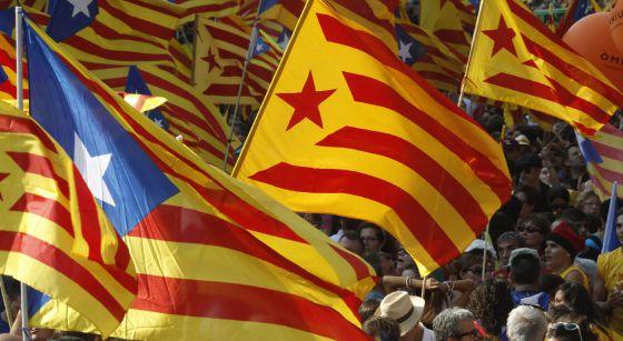 Banderas catalanas y esteladas durante la última manifestación de la Diada.