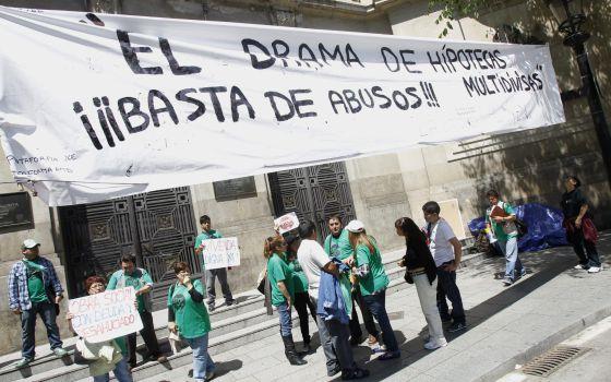 Miembros de la PAH, en una protesta en Barcelona.