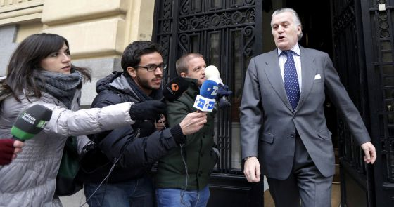 El extesorero del Partido Popular, Luis Bárcenas, a la salida de su casa.