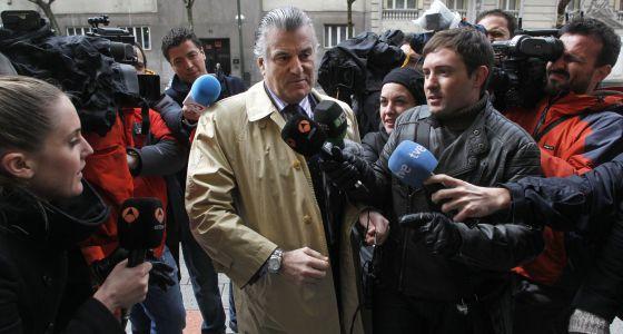 Luis Barcenas, rodeado de periodistas, llega a su domicilio del distrito de Salamanca, de Madrid.