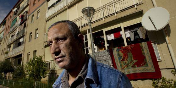 Mohamed Aziz, desahuciado cuyo caso ha llegado al Tribunal de Justicia de la UE, frente a su actual vivienda, en Martorell.