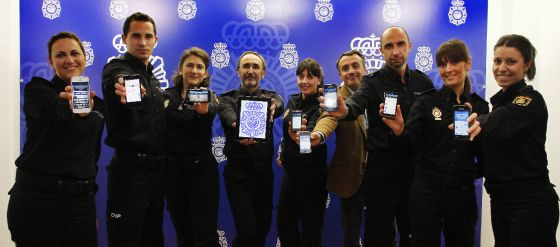 Carlos Fernández Guerra (de paisano), junto al resto del equipo que gestiona la cuenta del Cuerpo Nacional de Policía en Twitter.