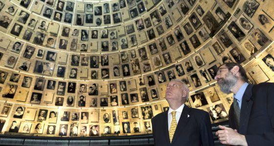 El ministro español de Asuntos Exteriores, José Manuel García-Margallo, observa los retratos de las víctimas del Holocausto en el museo Yad Vashem en Jerusalén.