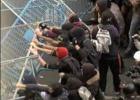 La policía carga contra los manifestantes del 25-A