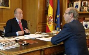 Imagen facilitada por TVE de don Juan Carlos junto al Jefe de la Casa del Rey, Rafael Spottorno, en su despacho.