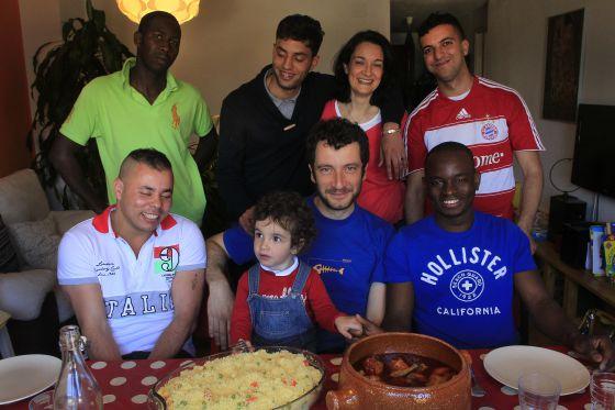 Cuca Sánchez y Roberto Borda (en el centro, con su hija), con inmigrantes que alojan o han alojado en su casa