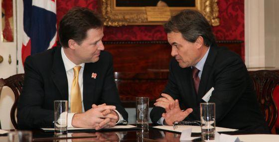Artur Mas junto al viceprimer ministro del Reino Unido, Nick Clegg, en una cumbre de gobernantes celebrada en Londres.