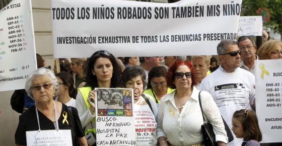 Manifestación de distintas asociaciones de niños robados en Madrid en mayo de 2012.