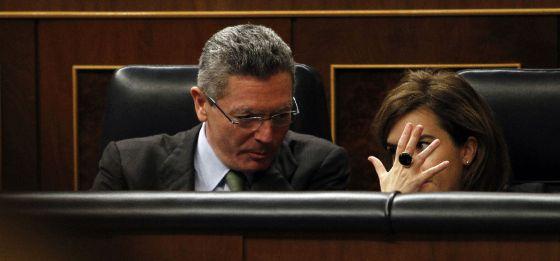 Gallardón y Santamaría conversan el jueves en el Congreso.