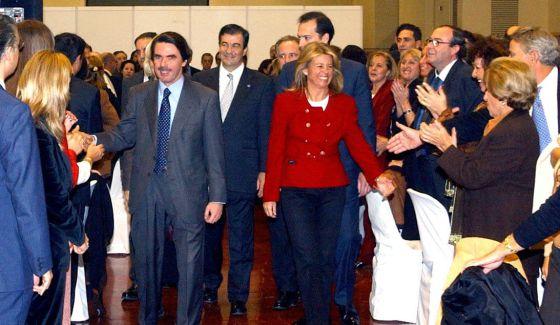 Aznar, Cascos y Muñoz llegan a la cena de homenaje a esta última en Marbella, el 26 de noviembre de 2002.