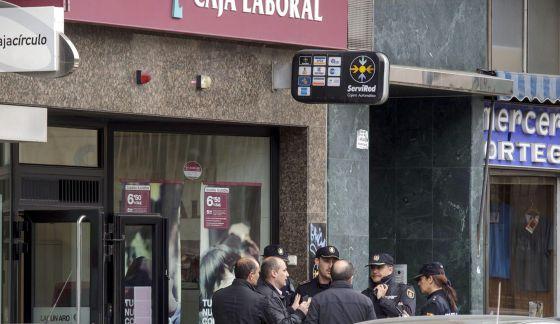 Un atracador hiere de un disparo al director de una caja - Caja laboral oficinas ...