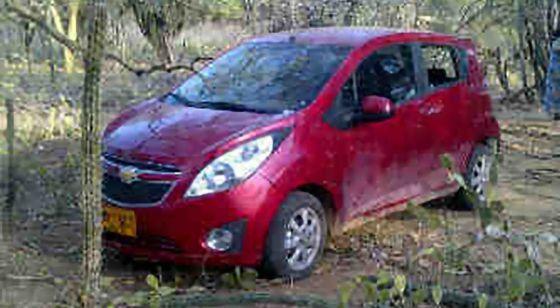 Fotografía cedida por el 'Diario del Norte' del vehículo que usaron los españoles secuestrados.