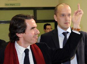 Aznar hace una peineta a unos estudiantes que le increpaban en la Universidad de Oviedo, en 2010.