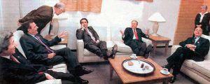 José María Aznar, con las piernas encima de la mesa, igual que George W. Bush, en un descanso de una cumbre del G-8, en Canadá, en 2002.