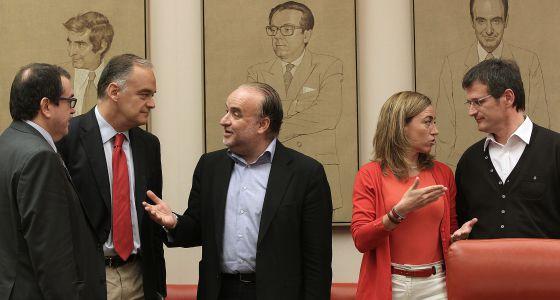 De izquierda a derecha, Jorde Jané (CiU), Esteban Gonzalez Pons (PP), Rodolfo Benito (CC OO), Carme Chacón (PSC) y Frederic Monell (UGT), hoy, en el Congreso.