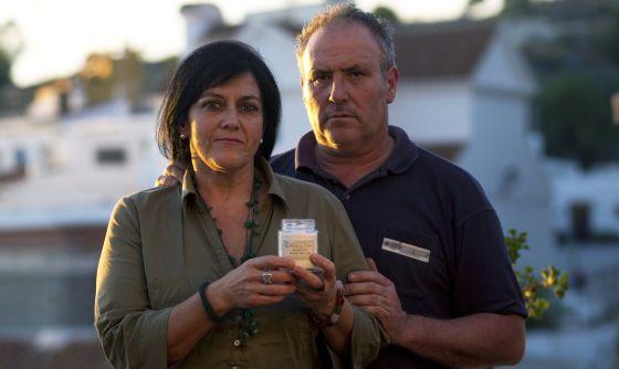 Gabriela González y Fernando Amador, con la sustancia que la policía confundió con heroína.