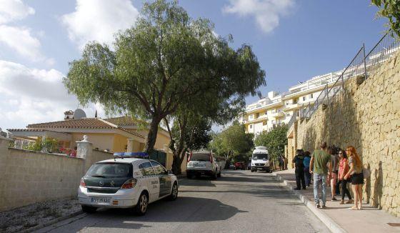 Un vehículo de la Guardia Civil a las puertas de la vivienda de Mijas donde han aparecido muertos tres ciudadanos británicos.