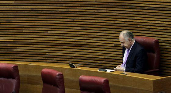 Rafael Blasco está solo en su escaño como diputado no adscrito pero ha recibido la visita de muchos de sus excompañeros.