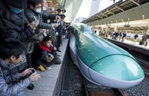 Tren de alta velocidad presentado en la estación de Tokio en 2011.