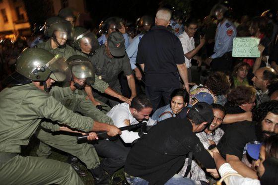La policía carga contra los manifestantes en Rabat.
