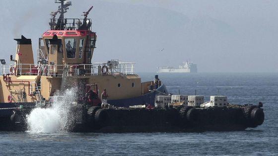 Un remolcador gibraltareño lanza bloques de hormigón en aguas cercanas al aeropuerto el pasado 25 de julio.