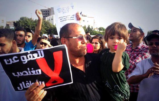 Manifestantes de Agadir, el sábado por la tarde. El cartel reza: No al indulto concedido a un violador de niños.