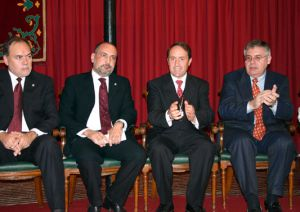06122005 (Yecla) Pérez de los Cobos, el Alcalde ( ya fallecido Juan Miguel Benedito) y el portavoz del P.P. Francisco Rico.