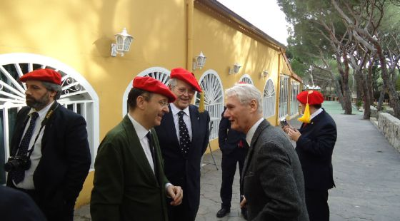 Ayuso (segundo por la izquierda) conversa con Sixto de Borbón, que se pretende rey legítimo de España.
