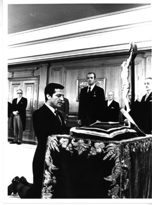 King Juan Carlos looks on as Adolfo Suárez is sworn in 1976.