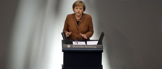 La canciller Angela Merkel comparece desde la tribuna  del Parlamento alemán, en 2011.