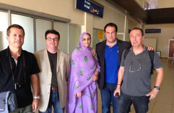 Jokin Bizdarratz (PNV), Jon Iñarritu (Amaiur), Joan Josep Baldovi (Compromís) y Joan Josep Nuet (Izquierda Plural), junto a la activista Aminatú Haidar.