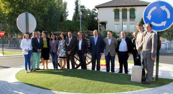 Catorce cargos públicos inauguran una rotonda en Alhendín (Granada).