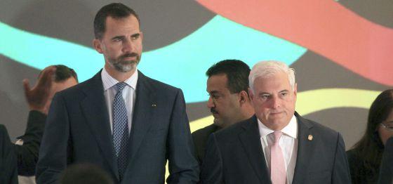 Prince Felipe (left) with Panamanian President Ricardo Martinelli.